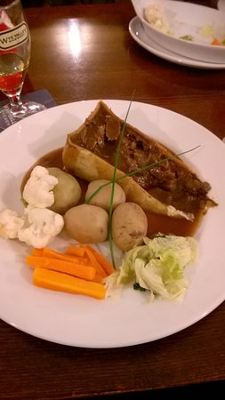 Bishop's Frome, UK: Deep filled Beef & Ale pie, there was a dishfull of vegetables to help yourself too.
