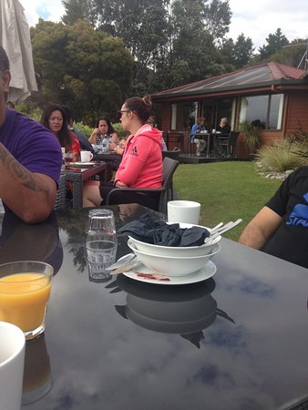 Kaiteriteri, New Zealand: Some of our group enjoying breakfast in the sun