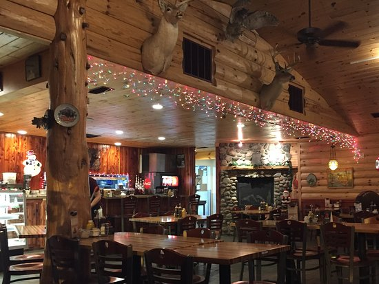 Cadillac, MI: Very nice Up North ambiance and decorated for the Holidays