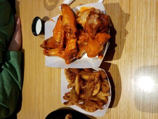 Marietta, GA: Buffalo Wild Wings Grill & Bar