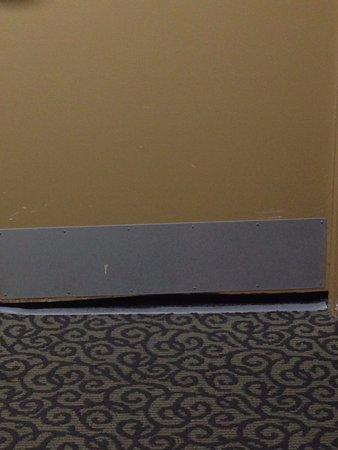 Red Rock Inn: Large door gap