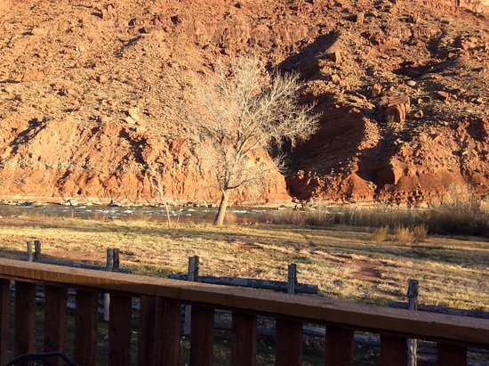Red Cliffs Lodge: Red Rock cliffs and Colorado River outside cabin!