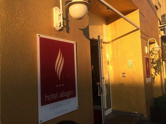 Hotel Allegro: ホテル入り口