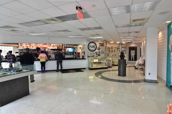 Corbin, KY: 通常のKFC店舗の横に展示コーナーがあります