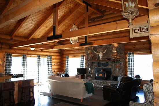 Two Rivers Lodge: Massive log lodge with 3 livings, two kitchens, 5 bedrooms and 3 baths.