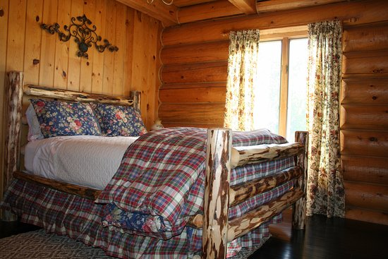 Nye, Монтана: Queen-sized log bed with rustic Ralph Lauren bedding.