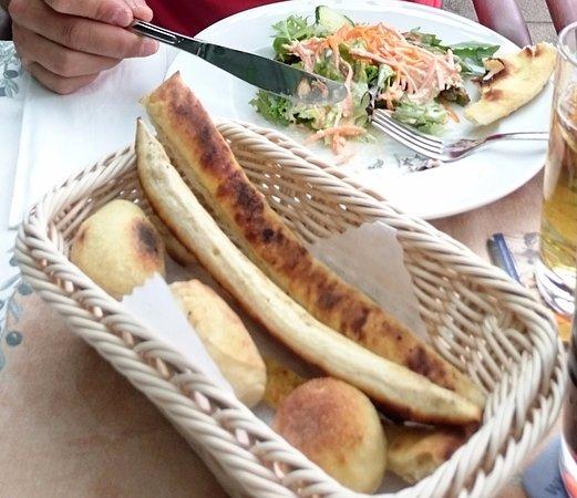 pizzabrot gratis als beilage zum salat picture of peppis