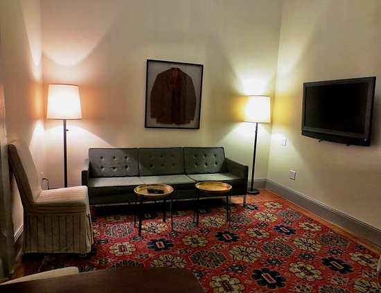 Pittsfield, MA: Separate sitting area in the suite with a 2nd tv!
