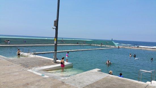 Newcastle, أستراليا: Seating around baths