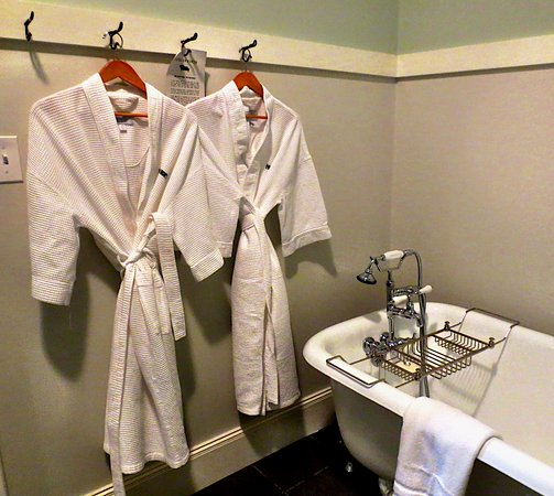 Pittsfield, MA: Spa robes and claw foot tub just waiting for you