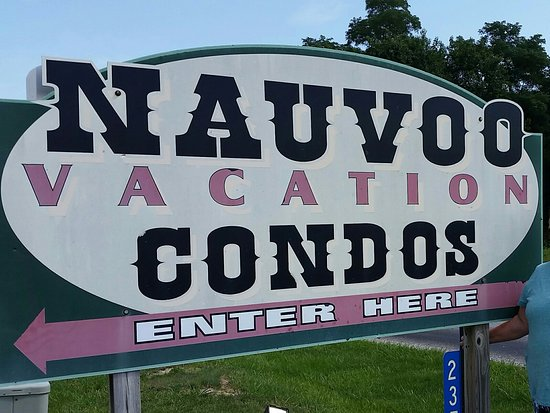 Nauvoo, IL: Welcome sign in front parking lot