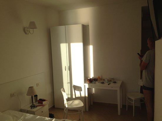 L'Ancora: Zimmer, einfach gehalten, sauber und schön lichtdurchflutet.