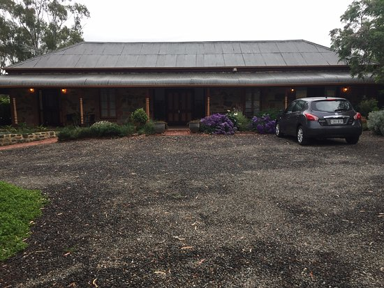 Marananga, Australia: Front of cottage - Kate's suite on the right and Oscar's on the left.