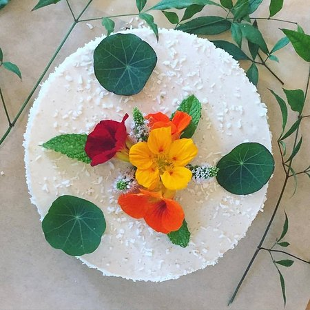 Vashon, Waszyngton: custom raw vegan GF Birthday Cake , super healthy and delicious