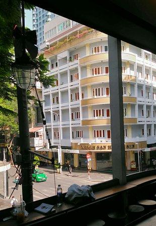 Huong Sen Hotel: 호텔 앞 커피샵 2층에서 바라본 후옹센!