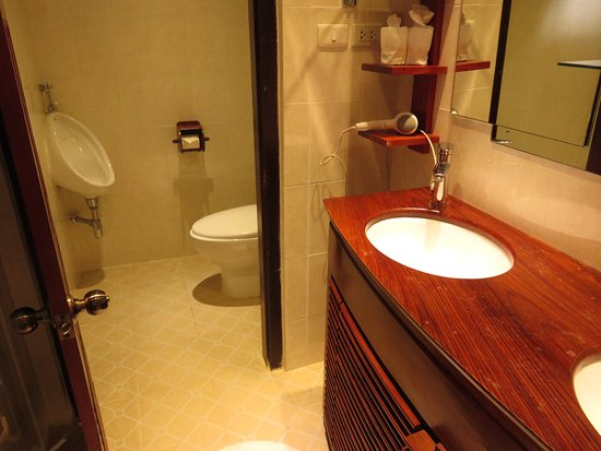 Mekong Riverview Hotel: separate toilet from shower room and double sinks