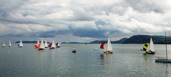 Beaumaris, UK: SAILING OFF THE PIER
