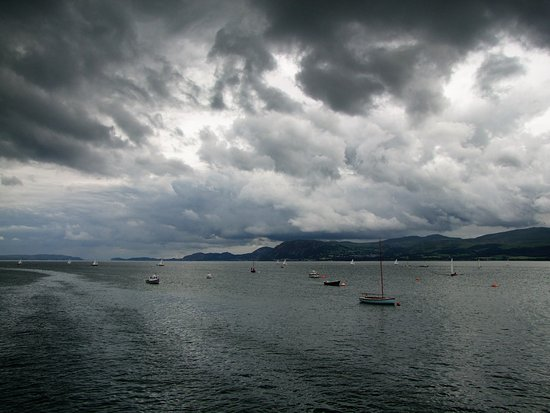Beaumaris, UK: MENAI STRAIGHT