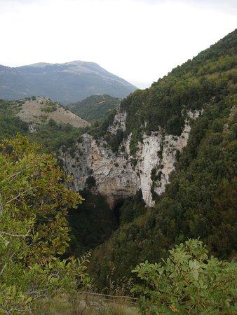 Caselle in Pittari, Italie: la voragine sul fondo del quale si apre l'inghiottitoio