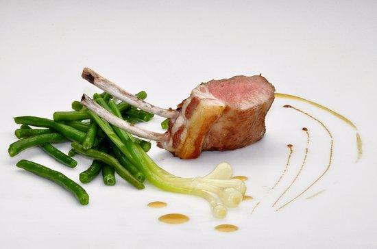 Falaise, Francja: Carré d'agneau de Pays, jus réduit et parfumé  au romarin