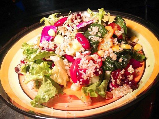 Yantai, الصين: Quinoa Salad