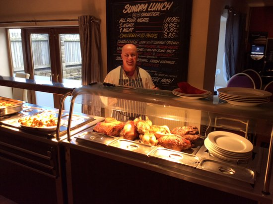 Hardstoft, UK: Chef Simon preparing for carvery
