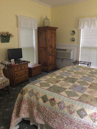 The Harbor House Inn: photo1.jpg