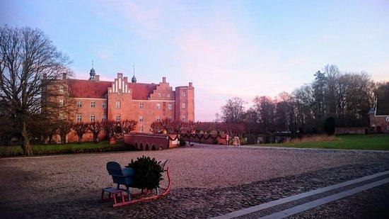 Gammel Estrup Danmarks Herregårdsmuseum: Gammel Estrup til jul ved solnedgang