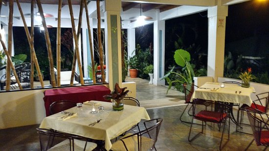 Ojochal, Costa Rica: Salsa @ the Lookout seating and bar area beyond