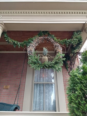 Lewisburg, Пенсильвания: The Pineapple Inn welcomes with Pineapple wreaths