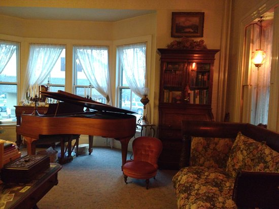 Lewisburg, PA: Other side of large sitting room past christmas tree. Baby Grand Piano.