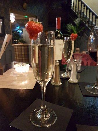 Glossop, UK: Complimentary wine