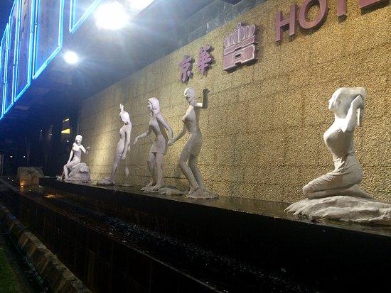 Hotel Royal Singapore: decorative statues outside the hotel I