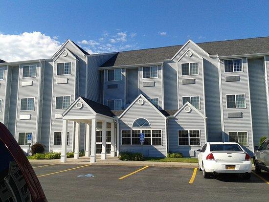 Microtel Inn & Suites by Wyndham Plattsburgh: La façade de l'hôtel (superbe !)