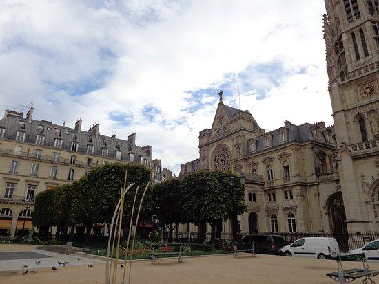 Fontenay-sous-Bois, Frankrijk: Recorriendo el exterior