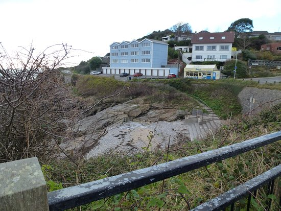 Forte's Ice Cream Parlour: Approaching from the large carpark at Bracelet Bay