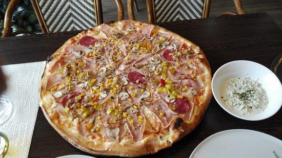 Stegersbach, Austria: Familienpizza! Riesig und extrem gut!