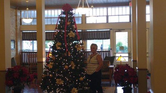 BEST WESTERN PLUS Sunset Suites-Riverwalk: Christmas tree in the lobby