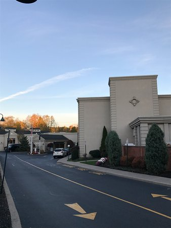 The Del Monte Lodge Renaissance Rochester Hotel & Spa: Entrance to hotel