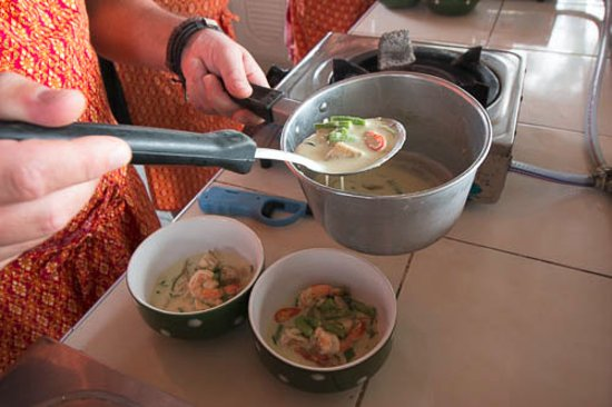 Maret, Tailandia: Preparing meal of Green Curry with prawns