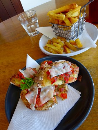 Imbil, Australia: Simple lunch of Tomato Bruschetta and Rosemary chips to die for!