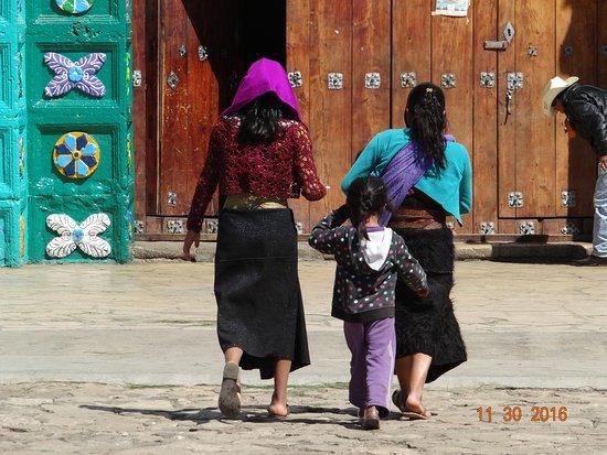 San Juan Chamula, Μεξικό: Women from Chamula entering the church.