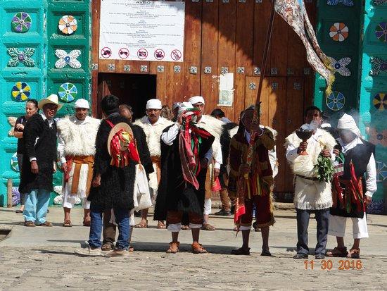 San Juan Chamula, Μεξικό: Men in ceremonial attire of Chamula