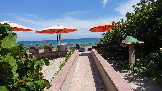 Melbourne Beach, FL: Just a few steps to the private beach