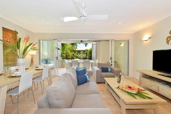 Cayman Villas: Lounge Room & Dining Area