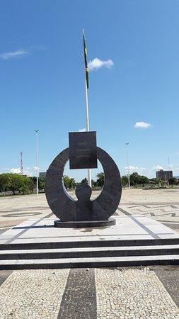 Praça Dos Girassóis: Monumento na Praça ds Girassóis