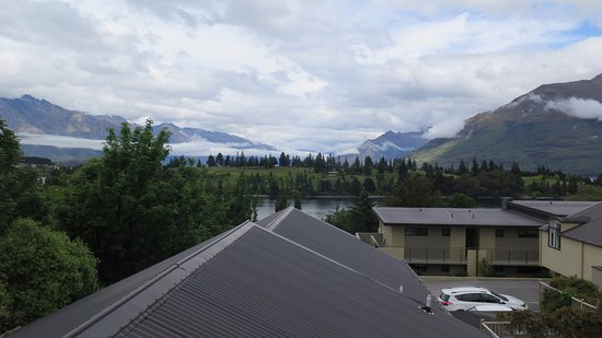 Garden Court Suites & Apartments: View of mountains & lake from the room