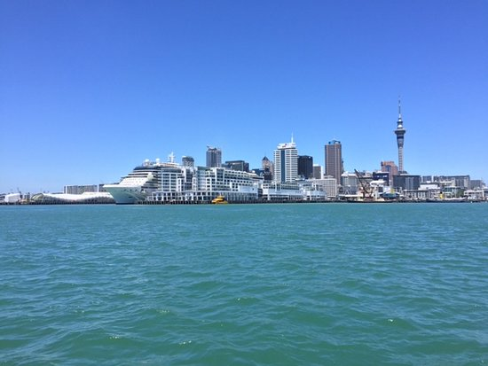 Auckland Waterfront Serviced Apartments: Unit 76 is at the top of the shorter middle lbuilding on this side. Note cruise ship on other si