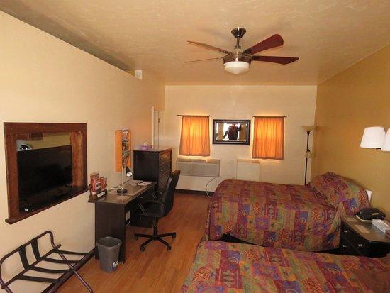 Circle D Motel : Suite #1-2, bedroom (2 queen beds)