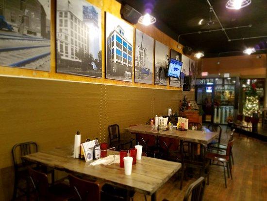 Salina, Κάνσας: Seating near the bar